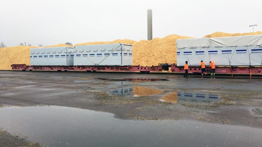 I Vänershamn lastas modulerna på de första tågvagnarna som ska transportera nya undervisningslokaler till Luleå Universitet.