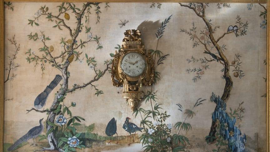 Den handmålade kinesiska tapeten i förmaket på Svindersvik är troligen tillkommen på 1760-talet. De kinesiska tapeterna beundrades för sina rika färger, exotiska motiv och höga kvalitet. Foto: Peter Segemark, Nordiska museet.