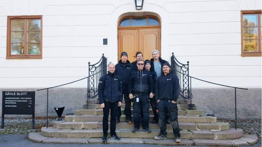 Gänget från Riksbyggen som tar hand om utemiljön kring Gävle Slott och Länsfängelse: Fr v Klas Kånohols, Robert Eriksson, Joakim Tengstrand, Roland Holmsten, Sara Helgesson, Eric Pettersson och Jens Rundberg.