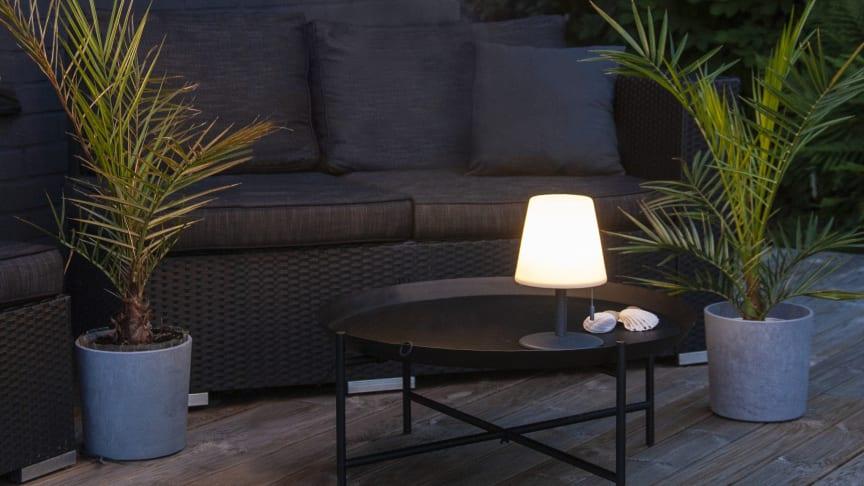 Bordlampen er enkel å ta med ut på terrassen.