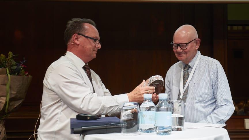 Klaus Bustrup modtager LandbrugsMediernes meget ærefulde præstationspris, der er sponsoret af Yara, for sit arbejde som bestyrelsesformand for FødevareBanken. Tv. er det direktør i Yara, Rolf Isberg. Foto: Torben Worsøe.