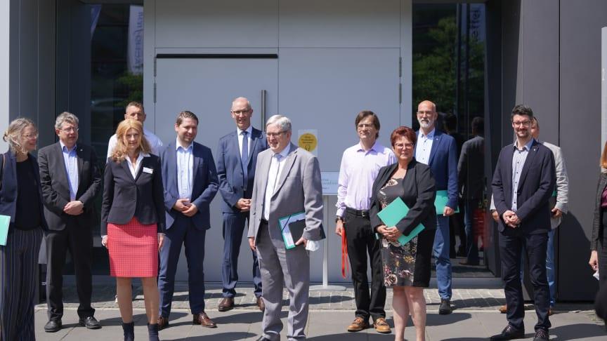 """Vertreter/-innen der 10 Gründungsinstitutionen der Dachmarke """"dahme_innovation"""" bei der offiziellen Vorstellung in Wildau. (Foto Lange/TH Wildau)"""