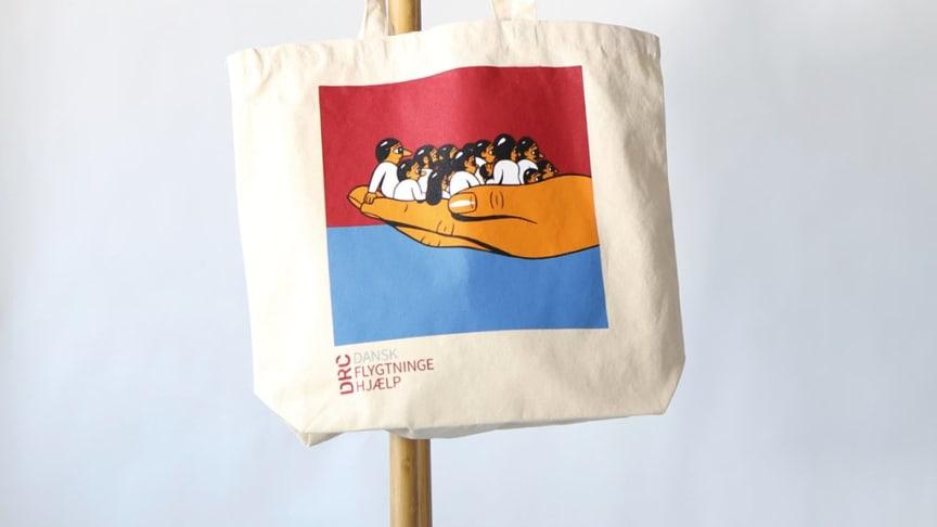 HuskMitNavn har med sin humoristiske, kontroversielle og politiske street-art sat sit præg på dette års strandtaske i samarbejde med DRC Dansk Flygtningehjælp