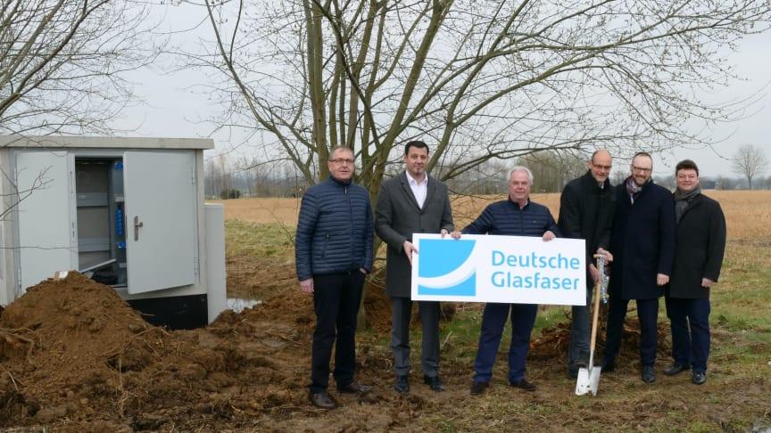 v.l. Ludwig Deimel (Unternehmer), Andreas Hermanns und Rainer Szymanski (Deutsche Glasfaser), Bürgermeister Christof Sommer , Dr. Ingo Lübben und Holger Gebauer (Wirtschaftsförderung Lippstadt),