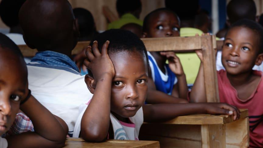 Skolan Loi Waisi i Uganda kommer att få el med hjälp av solceller från Öresundskraft. Barnen får också solcellsladdade lampor att ta med hem på kvällen för läxläsning och annat.