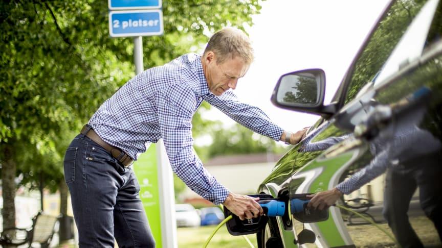 Jens Isemo, vd på Linde energi, laddar bilen med förnybar el från Linde energi.