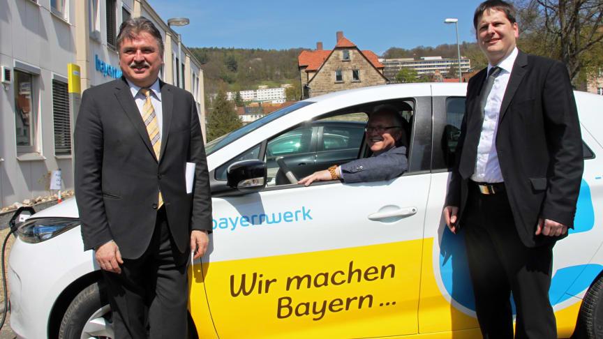 Aus den Händen von Kulmbachs Landrat Klaus Peter Söllner (l.) und Bayernwerk-Kommunalbetreuer Christian Ziegler (r.) hat Marktschorgasts Bürgermeister Hans Tischhöfer (M.) am Montagmittag die Schlüssel für einen Renault Zoé des Bayernwerks erhalten.