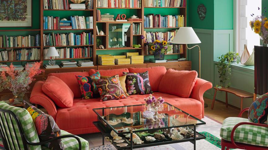 Soffbordet Cap d´Antibe finns att beställa på webben (från torsdag 23 september) eller i butiken där det just nu visas i en möblering tillsammans med Josef Franks möbler.