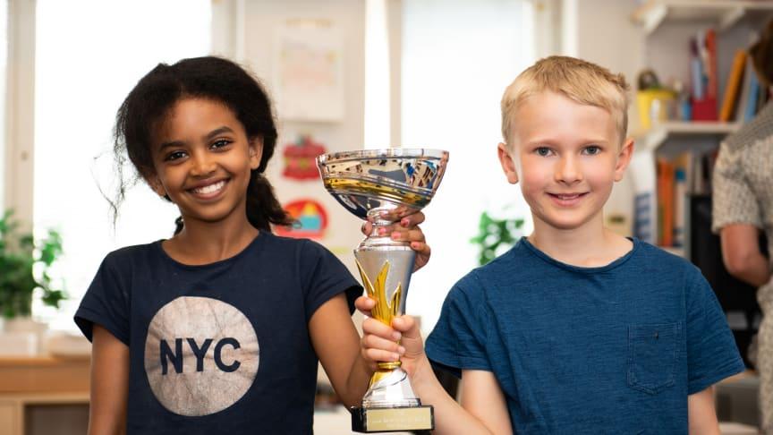 Vinnare av Lilla Säkerhetspriset 2018, Klass 2B på Kevingeskolan i Danderyd. På bilden fr vänster: Solana Zarai och Edvin Lundberg.