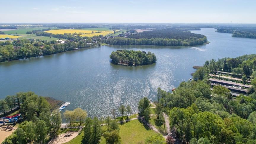 Glänzende Aussichten: Brandenburg bietet viel Weite und Abstand für gesunde Erholung wie hier am Untersee in der Prignitz. Foto: REG-Nordwestbrandenburg.