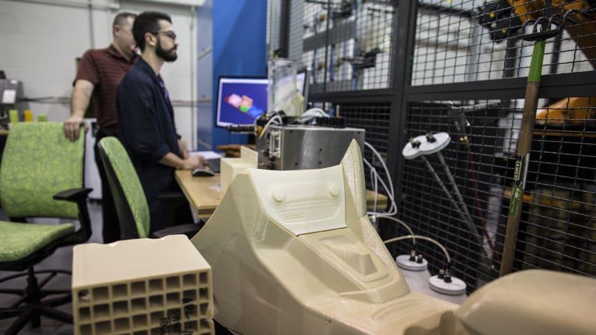 Tester 3D-printer for spesialtilpassede bildeler