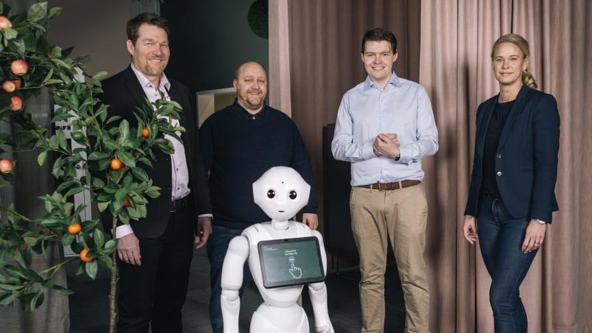 Henrik Örneblad, vd på Huddinge Samhällsfastigheter och Mathias Holm, IT & digitaliseringschef på Huddinge Samhällsfastigher tillsammans med bolagets AI-robot Pepper samt Joel Pettersson, vd på Digital Edge och Kristin Berg, vd på FAST2.