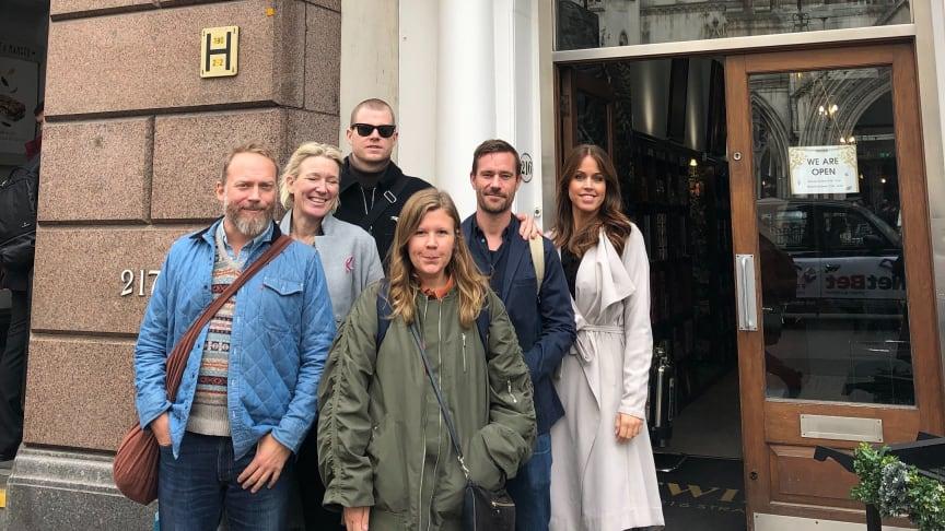 Arbetsgruppen utanför Twinings ursprungsbutik på The Strand i London