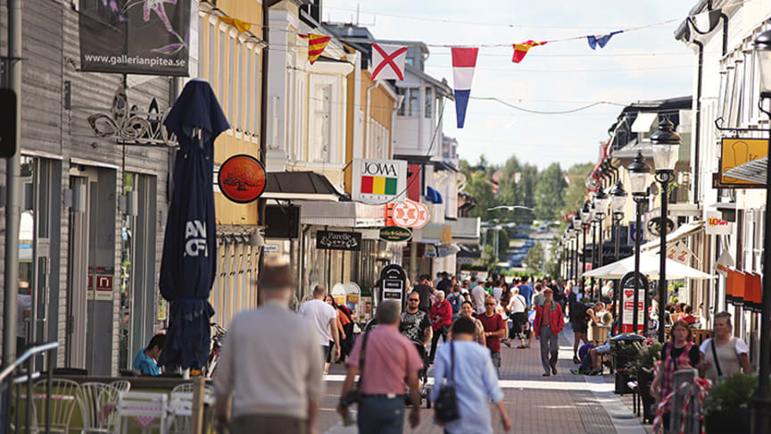 Projektet Rökfri gågata uppmanar pitebor och besökare att fimpa innan de beträder gågatan .  Foto: Rickard Kåhrström