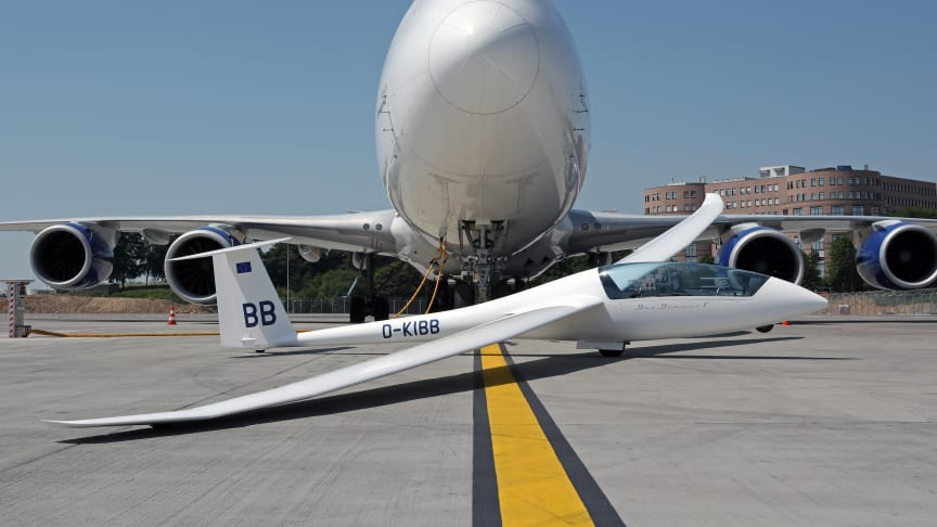 """Robert Jungblut's glider in front of the """"Spirit of Panalpina"""" in Luxembourg. (Photo by Pieter Groenendijk)"""