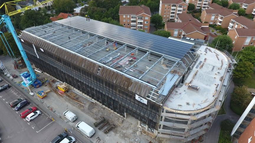 Mobilitetshuset Svane i Lund under tillbyggnationen där man bland annat lade solceller på taket 2019.