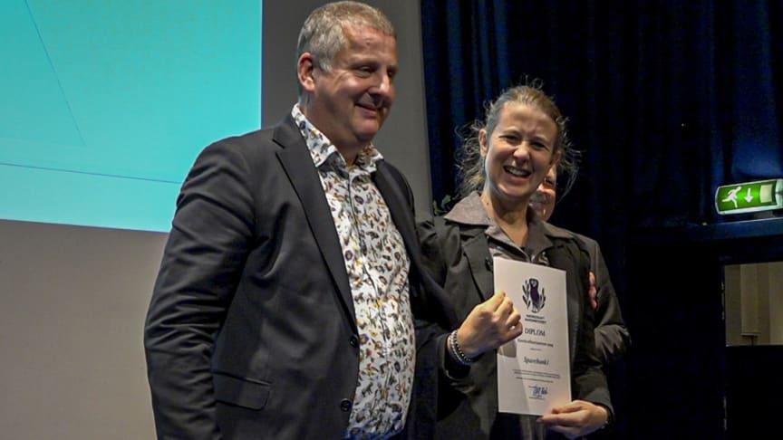 PRISUTDELING: Leder for bærekraft i SpareBank 1 Østlandet, Karoline Bakka Hjertø, tok imot diplom på vegne av SpareBank 1.