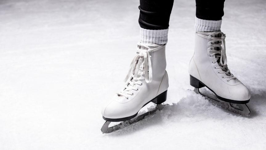 Auf der 700qm großen Eisbahn an der Kaikante am Ostseekai findet tägliches Eislaufen und Eisstockschießen unter freiem Himmel statt.