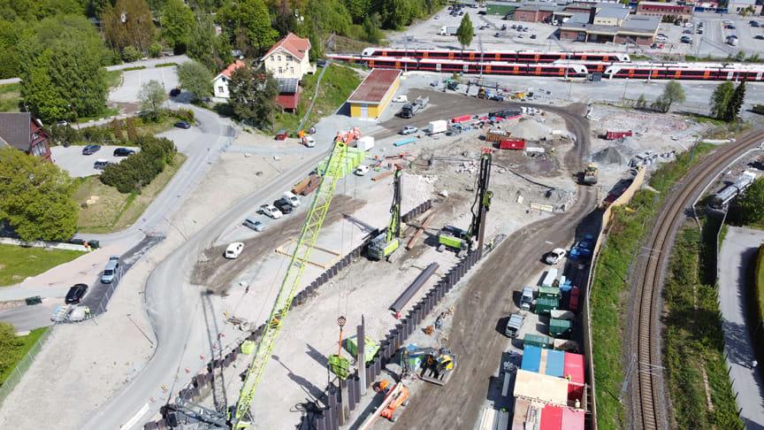 Anleggsområdet på Nedre Strøm sett fra luften. Her bygges en kulvert og løsmassetunnel (betongtunnel), som skal kobles på fjelltunnelen. Foto: Lars Petter Rypdal, Bane NOR