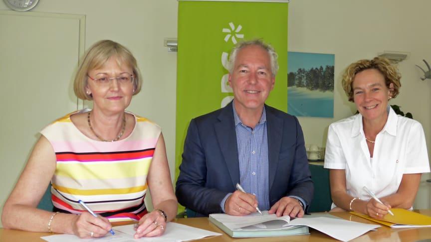 Bürgermeister Günter Heyland unterzeichnet mit Ursula Jekelius (l.) und Silke Mall (beide Kommunalmanagement Bayernwerk) den neuen Konzessionsvertrag für Neubiberg.