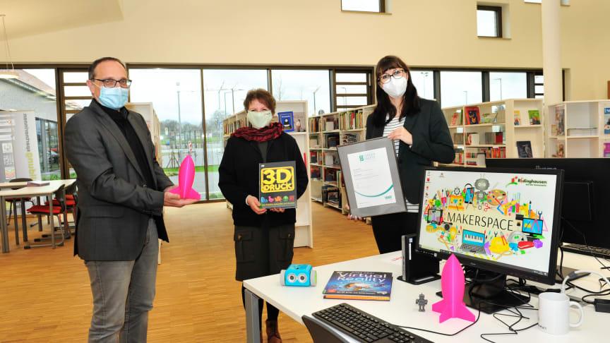 Preisübergabe mit Abstand in Rödinghausen (v. l.): Bürgermeister Siegfried Lux, Büchereileiterin Andrea Mewitz und  Christiane Rüsel, Kommunalreferentin Westfalen Weser.