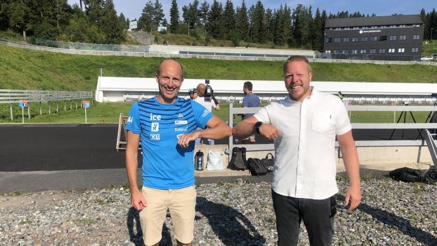 """I HOLMENKOLLEN: Morten Djupvik og Eivind Helgaker med """"korona-shake"""" for å markere ny avtale."""