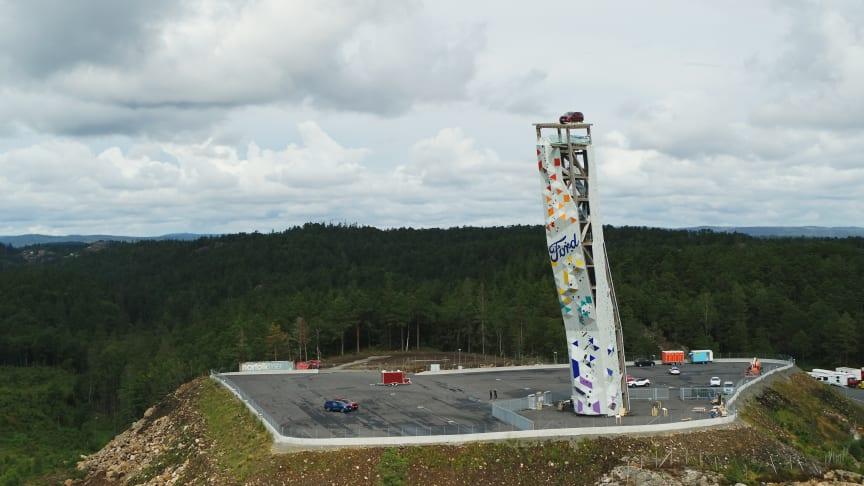 Plasserte stor ladbar SUV på toppen av verdens høyeste frittstående klatretårn i Norge