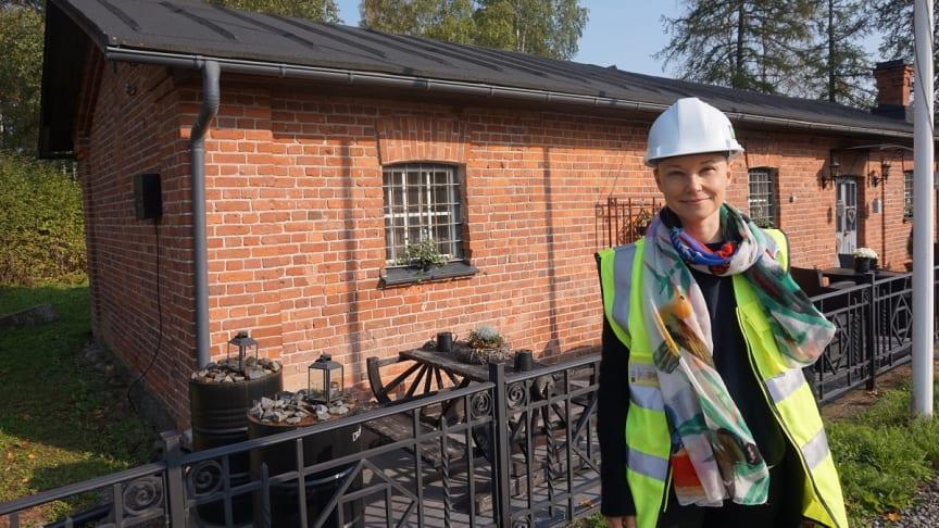 Kouvolan messualueen erikoisuutena on sen miljöö 1910-luvun kasarmialueen ytimessä.  Kuvassa projektipäällikkö Sanna Kauppi Kouvolan kaupungin organisaatiosta.
