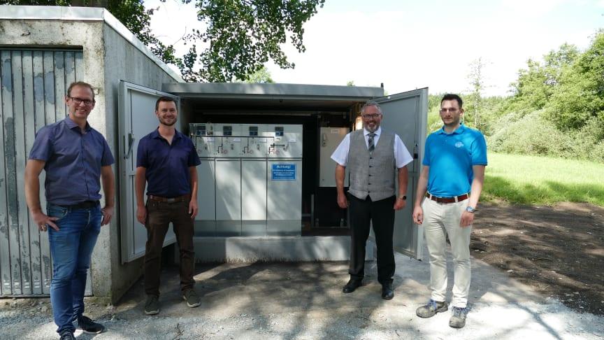 Nach dem Hochwasser in Selbitz sorgt nun eine neue intelligente Ortsnetzstation für eine höhere Versorgungssicherheit. Das Bayernwerk und Vertreter der Stadt trafen sich zur Inbetriebnahme.