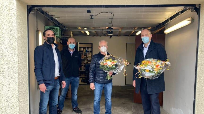 V. l. n. r.: Christian Fauland (Projektmanager Bau Deutsche Glasfaser), Dennis Scheffler (Bauleiter Deutsche Glasfaser), Herr Weise (erster aktivierter Kunde) und Carsten Kranz (Bürgermeister)