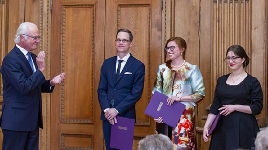 Kungen gratulerar Vitterhetsakademiens stipendiater Svante Landgraf,  Petra Dotlačilová och Annie Burman som mottog diplom under onsdagen. Foto: Henrik Garlöv/Kungl. Hovstaterna
