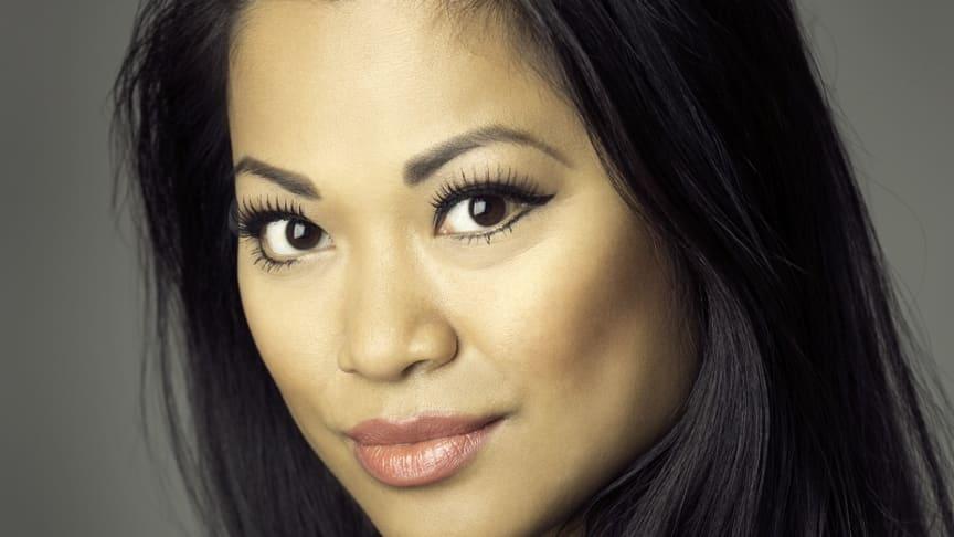 Marsha Songcome gör rollen som Esmeralda i Disneys Ringaren i Notre Dame - musikalen.