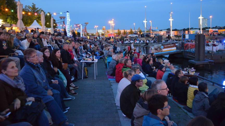 Stimmungsvoll: Public Viewing zur Sommeroper am Bootshafen