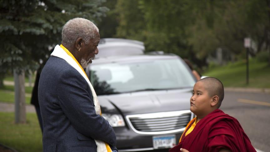 """Morgan Freeman utforskar temat """"de utvalda"""" i första avsnittet och träffar en ung amerikansk pojke - som också är munk."""