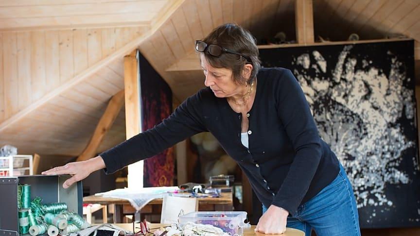 Kristin Lindberg i atelieret på Søndre Green.