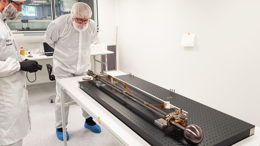 I det svenskledda instrumentpaketet Radio & Plasma Wave Investigation, RPWI, ingår bland annat fyra langmuirsonder på tre meter långa bommar till rymdmissionen JUICE (Jupiter ICy moons Explorer). Foto: IRF