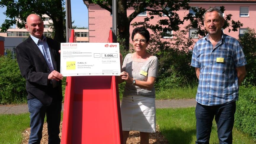 Spendenübergabe am Klinikum Amberg: Die FLIKA e.V. Vorsitzende Margit Meier (m.) und Kassier Oskar Schmidt (r.) mit Bayernwerksmitarbeiter Lothar Haberzeth (l.)
