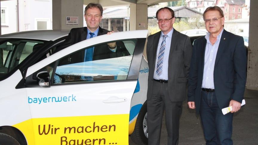 Der Kronacher Landrat Klaus Löffler (l.) hat im Beisein von Kronachs Bürgermeister Wolfgang Beiergrößlein (r.) die E-Auto-Schlüssel von Bayernwerk-Kommunalbetreuer Edgar Müller (M.) erhalten.