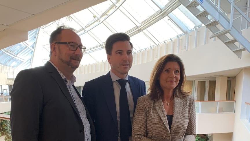 Arbetsmarknadsminister Eva Nordmark (S) med ordförande Patric Åberg (M) och 2:e vice ordförande Johan Andersson (S)