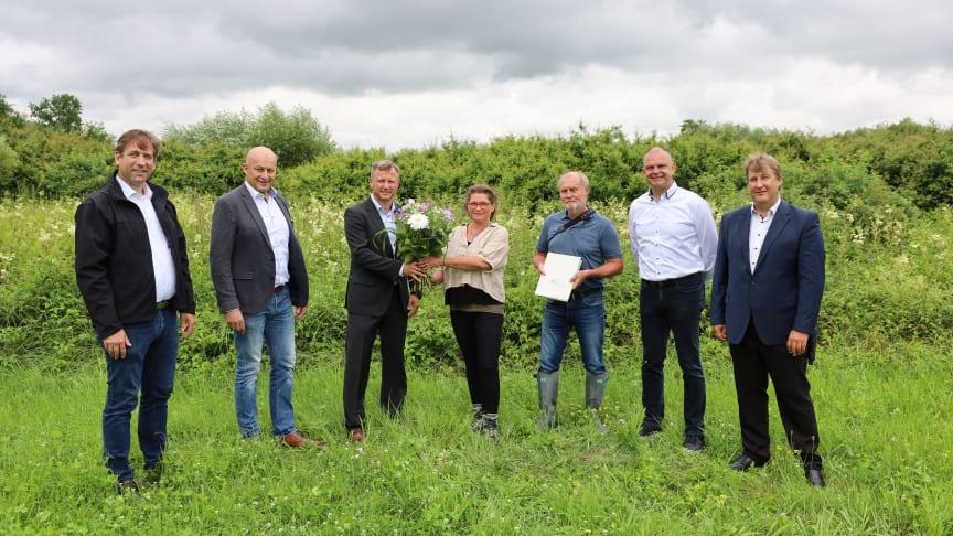 Im Beisein von Landrat Dr. Hermann Ulm (v.li.) und Eggolsheims Bürgermeister Claus Schwarzmann übergab Bernd Göttlicher vom Bayerwerk (3.v.li.) die Fläche an Kerstin Herdegen und Gerhard Raab vom LBV.
