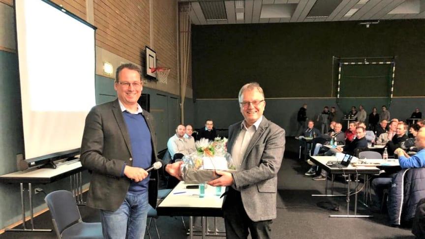 Starkes Engagement beim Glasfaserausbau in Senden: Bürgermeister Sebastian Täger gratuliert Initiator und Vorsitzenden der Bürgerinitiative Alfons Schräder zur Zielerreichung.