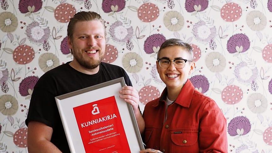 Satokausikalenterin Samuli Karjula ja Natalia Salmela riemuitsevat että suomalaiset ovat ottaneet Satokausi-ajattelun omakseen