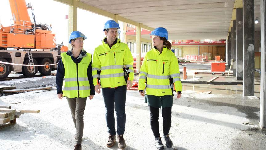 Bodil Motzke, Paul Lehne og Magnhild Kallhovd på byggeplassen på Brynseng skole. Skolen sto ferdig høsten 2017 og har solcellepaneler på fasaden mot sør.