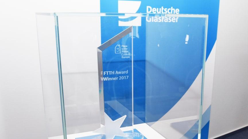 Anerkennung auf europäischer Ebene für Deutsche Glasfaser: Die Trophäe des europäischen FTTH-Awards