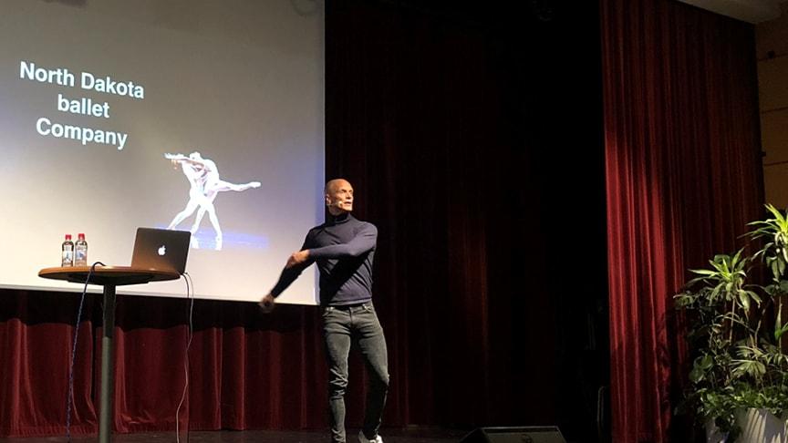 Tobias Karlsson inför en fullsatt aula på Bokelund 2018. Foto: Sölvesborgs kommun