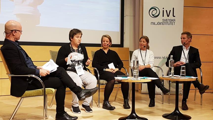 """""""Vi kanske får se plasten som havets panda"""", sa Emma Nohrén från miljömålsberedningen på Östersjöseminariet. I panelen deltog också moderatorn Jonas Henriksson och Åsa Stenmarck från IVL, Helen Andersson, SMHl, och Johan Augustsson, Lidl."""