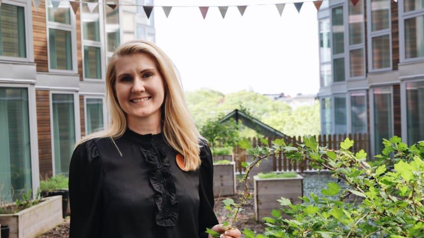 Ida-Maje Tejle, VD Clarion Hotel Stockholm, förbereder Söders Trädgård inför sommarens vigslar.