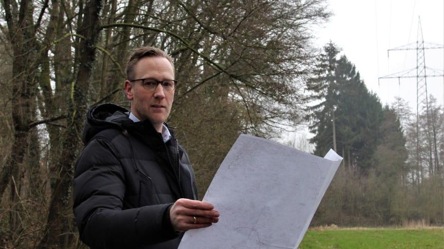 Franjo Senger, Leiter Stromanlagen und Hochspannungs-Leitungen bei Westfalen Weser Netz, mit dem Leitungsplan im Herforder Uhlenbachtal.