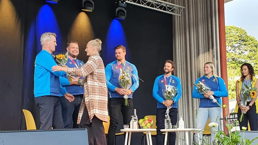 Vésteinn Hafsteinsson var en av dem som 17 augusti hyllades i Linnéparken när Växjö kommun bjöd in till OS-firande. Här tar han emot blommor av före detta friidrottaren Carolina Klüft. Bild: Per-Anders Månsson, Växjö kommun