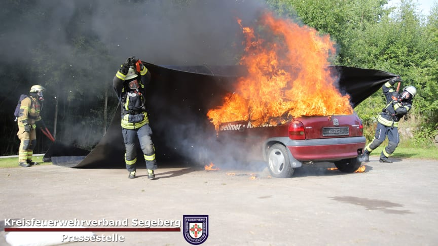Blanket for extinguishing electric car fires: 116 fire departments in Schleswig-Holstein put Norwegian solution to use